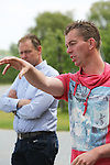 Foto: VidiPhoto<br /> <br /> BATENBURG - Kamerleden en regionale politici van de PvdA brengen samen met bestuursleden van NFO (Nederlandse Fruittelers Organisatie) een werkbezoek aan fruitteler Tijssen in Batenburg. Tijssen bezit 20 ha. appels en peren, waarvan 8 ha. conceptrassen (Kanzi). Dat deel heeft hij voorzien van een hagelnet. Tijssen probeert met het toepassen van allerlei innovatieve ontwikkelingen zijn fruitproductie te vergroten en de milieuhinder tot een minimum te beperken.