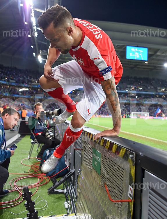 FUSSBALL EURO 2016 GRUPPE A IN LILLE Schweiz - Frankreich     19.06.2016 Haris Seferovic (Schweiz) springt nach dem Abpfiff ueber die Bande