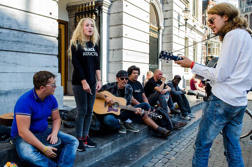 Netherlands, Utrecht, 12 sept 2014<br /> Muzikanten op de stadhuisbrug in het centrum van Utrecht, spelen gitaar en zingen liedjes. Op deze plek zitten vaak muzikanten te spelen.<br /> Foto: (c) Michiel Wijnbergh