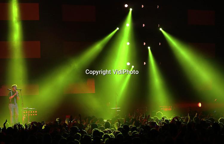 Foto: VidiPhoto<br /> <br /> ARNHEM - Zo'n 25.000 christelijke jongeren kwamen zaterdag naar de 39e EO-jongerendag naar het Gelredome in Arnhem, zo'n duizend minder dan vorig jaar. De jongerendag is de laatste jaren in populariteit fors gedaald onder christelijke jongeren. In 2010 trok het muziekevenement nog 30.000 belangstellenden. Ieder jaar neemt de belangstelling verder af. Thema dit jaar was &quot;Can you hear me&quot;, met medewerking van diverse (inter)nationale artiesten, onder wie de hardrockband Skillet.