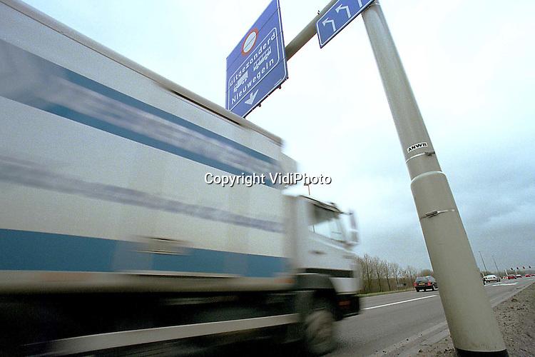 Foto: VidiPhoto..UTRECHT - De eerste busbaan van Nederland waar ook het vrachtverkeer van gebruik mag maken, ligt tussen Utrecht-Laagraven en Nieuwegein (N408). Woensdag wordt de strook officeel in gebruik genomen. Het gaat voorlopig om een proef. Dit jaar wordt bekeken of busbanen zonder veel bezwaar ook door vrachtwagens kunnen worden gebruikt. Voorwaarde is dat het openbaar vervoer daar weinig hinder van ondervindt.