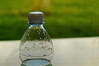Cibi e bevande. Food and beverages. .Bottiglie di acqua minerale..Bottle of mineral water....