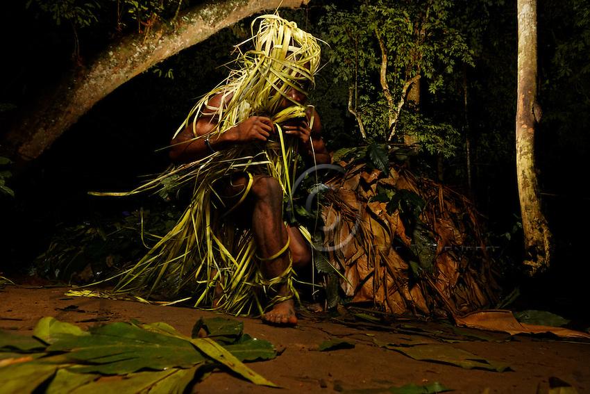 In the evening at the camp, the people talk to the children about the ancestors and their ways of the past. They speak of hunting elephants with assegais. The ancestors, the great elephant hunters, are called &ldquo;Touma&rdquo; and when a  entered the forest, the people had hopes for an exceptional hunt. During the nocturnal ceremonies, the whole camp calls upon the largesse of the god &ldquo;Comba&rdquo;. The chants are hunting songs, of enthusiasm and thanks for the hunt or harvest to come. These ceremonies often take place after a good hunt, when the camp shares antelope or boar meat.<br /> Au campement, le soir, les personnes parlent aux enfants des anc&ecirc;tres et de leur conduite d&rsquo;autrefois. Ils racontent les grandes chasses &agrave; l&rsquo;&eacute;l&eacute;phant &agrave; la sagaie. Les anc&ecirc;tres, les grands chasseurs d&rsquo;&eacute;l&eacute;phants s&rsquo;appellent  &laquo;&nbsp;Touma&nbsp;&raquo; et quand un &laquo;&nbsp;Touma&nbsp;&raquo; rentrait en for&ecirc;t, le peuple avait l&rsquo;espoir de chasse exceptionnelle. Pendant les c&eacute;r&eacute;monies nocturnes, tout le campement appelle les largesses du dieu&nbsp;&laquo;&nbsp;Comba&nbsp;&raquo;. Les chants sont des chants de chasse, d&rsquo;all&eacute;gresse et de remerciement pour les chasses ou cueillettes &agrave; venir. Ces c&eacute;r&eacute;monies ont lieu souvent apr&egrave;s une bonne chasse quand le campement se partage viandes d&rsquo;antilope, de sanglier.
