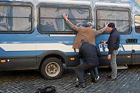 Roma  25 Novembre 2013<br /> Staminali, la protesta dei malati.<br />  Il movimento di sostegno al trattamento con cellule staminali pro-Stamina manifesta  nel centro di Roma. Gli attivisti della associazione 'Civico 117A' hanno invaso Via del Tritone e Via del Corso, vicino al Palazzo Chigi, bloccando il traffico. La polizia ferma un manifestante<br /> Roma, Italy. 25th November 2013 -- The pro-Stamina stem cell treatment support movement demonstrates in the center of Rome. Activists of the 'Civic 117A' association have invaded Via del Tritone and Via del Corso, near the Chigi Palace, blocking traffic. The police stopped a protester