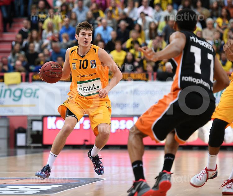BEKO Basketball 1. Bundesliga 2014/2015  8. Spieltag Walter Tigers Tuebingen - ratiopharm Ulm        09.11.2014 Till-Joscha Joenke (Tigers) am Ball gegen Calvin Harris (re, Ulm)