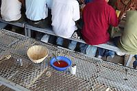 Nogales Confine Arizona Messico  Pranzo nel centro di prima accoglienza dei migranti respinti. Ospiti di schiena, e in primo piano sale e peperoncino<br /> Nogales Arizona Mexico Border Lunch in the reception center for migrants rejected . Guests of the back, and in the foreground salt and pepper