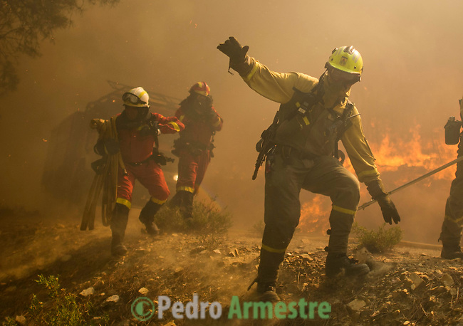 Members of the Brif, reinforcement brigade wildfires and Firefighters are escaping the heat for the work of extinguishing the forest fire in Tabuyo del Monte near Leon on August 20, 2012. Numerous wildfires have broken out across Spain in the sweltering heat in recent weeks, an extra headache for authorities struggling to get the country out of its financial crisis and recession. © Pedro ARMESTRE