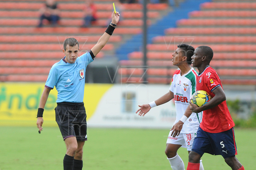 MEDELLÍN -COLOMBIA-19-05-2013. Jugador de Patriotas FC reclaman al árbitro, Juan Pontón durante partido en contra de Independien Medellin en la fecha 16 Liga Postobón 2013-1./ Patriotas FC player claim the referee, Juan Ponton, during match against  Independien Medellin on the 16th date of Postobon League 2013-1.  Photo:VizzorImage/Luis Ríos/STR