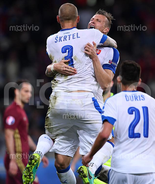 FUSSBALL EURO 2016 GRUPPE B IN LILLE Russland - Slowakei     15.06.2016 Martin Skrtel und Jan Durica (v.l., alle Slowakei) jubeln nach dem Abpfiff