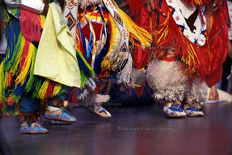Nativi Americani LAKOTA SIOUX con il costume tradizionale, danza.LAKOTA SIOUX native American wearing traditional clothing, dance