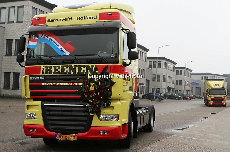 Foto: VidiPhoto..BARNEVELD - Transportbedrijf Van Reenen uit Barneveld krijgt de sleutels overhandigd voor de 250e DAF-truck. Rechts directeur Jan van Reenen. Midden mede-directeur Aart Hooijer.