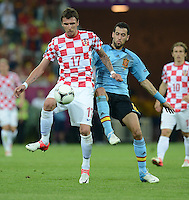 FUSSBALL  EUROPAMEISTERSCHAFT 2012   VORRUNDE Kroatien - Spanien                 18.06.2012 Mario Mandzukic (li, Kroatien) gegen Sergio Busquets (re, Spanien)