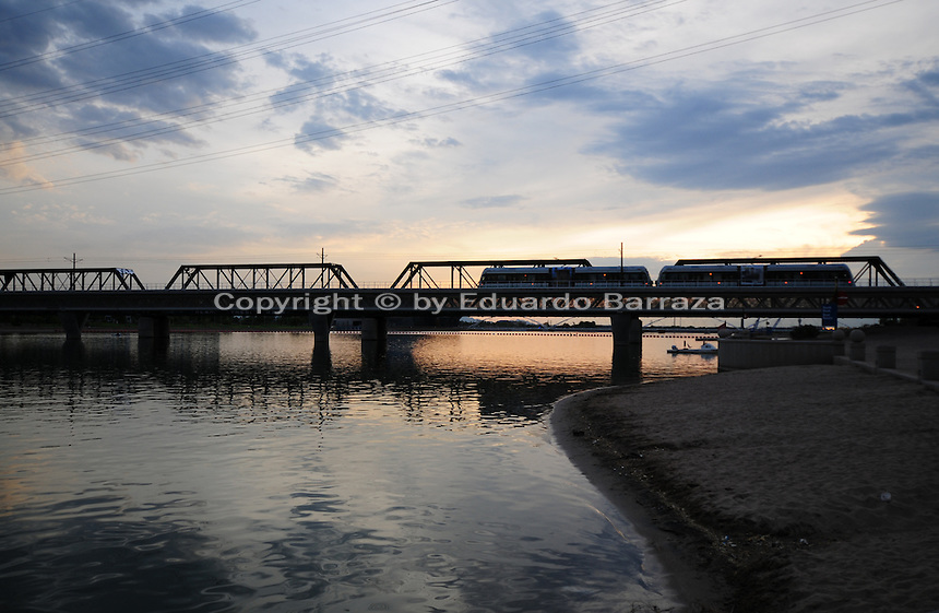 Tempe, Arizona. A southwestern view of Tempe Town Lake at sunset shows the Light Rail going through a bridge. Photo by Eduardo Barraza © 2015