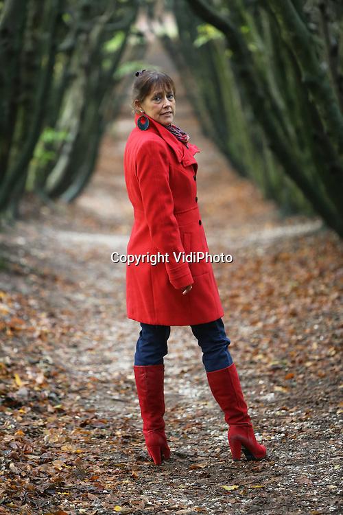 Foto: VidiPhoto<br /> <br /> ARNHEM - Dichteres, kunstenares en psychologe drs. Nanda Bakker uit Arnhem. Nanda is de dochter van de bekende beeldend kunstenaar Jits Bakker.