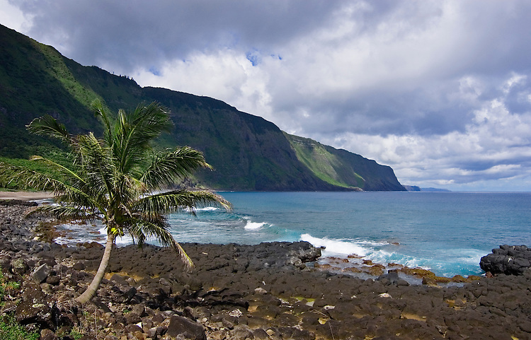 Coastline at Kalaupapa Peninsula and pali (cliffs) along north shore of Molokai island, Hawaii.