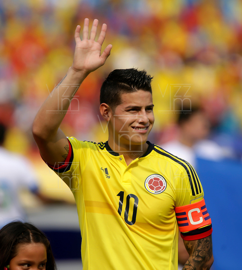 BARRANQUILLA - COLOMBIA -29-03-2016: James Rodriguez de Colombia saluda al público previo al partido entre Colombia y Ecuador de la fecha 6 para la clasificación sudamericana a la Copa Mundial de la FIFA Rusia 2018 jugado en el estadio Metropolitano Roberto Melendez en Barranquilla./  James Rodriguez of Colombia greets to thde public prior a match between Colombia and Ecuador of the date 6 for the qualifier to FIFA World Cup Russia 2018 played at Metropolitan stadium Roberto Melendez in Barranquilla. Photo: VizzorImage / Ivan Valencia / Cont