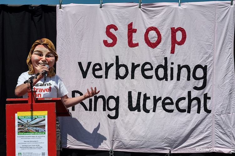 Nederland,Utrecht,  05-06-2016 Actie / demonstratie tegen de verbreding van de snelwegen rond Utrecht georganiseerd door de Kerngroep Ring Utrecht waar o.a Groen Links , Milieu Federatie Utrecht en SP  in participeren. Voor de uitbreiding moet langs de A27 bij landgoed Amelisweerd aan beide kanten een strook van 15 bos worden gekapt.  FOTO: Gerard Til / Hollandse Hoogte