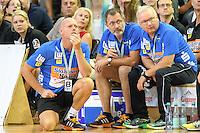 links Trainer Magnus Andersson (FAG) verfolgt knieend das Spiel vor der Bank, mitte Physiotherapeut Thomas Hummel, rechts Mannschaftsarzt Dr. Stefan Vollmer (alle FAG)