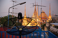Thailand. Bangkok.View after sunset on Wat Pho, also known as Wat Phra Chetuphon, or The Temple of the Reclining Buddha, is a Buddhist temple. Satelitte dish on the roof of a shophouse's building. Tha Tian's community is located in the downtown area and in the center of the urban historic district, called Koh Rattanakosin. Tha Thian is surrounded by a major heritage and tourist site, Wat Pho. 02.04.09  © 2009 Didier Ruef