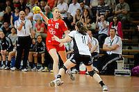 Kim Naidzinavicius (TSV) am Ball gegen vorne Laura van der Heijden (VFL)