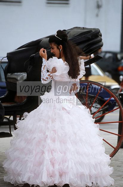 Cuba/La Havane: Jeune fille en robe blanche fétant ses quinze ans Place Saint François d'Assise [Non destiné à un usage publicitaire - Not intended for an advertising use]