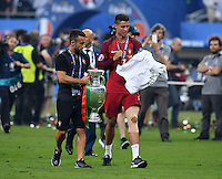 FUSSBALL EURO 2016 FINALE IN PARIS  Portugal - Frankreich          10.07.2016 Nike Marketing Manager Portugal, Ricardo Requfe (li) haelt Cristiano Ronaldo (re, Portugal) den EM Pokal