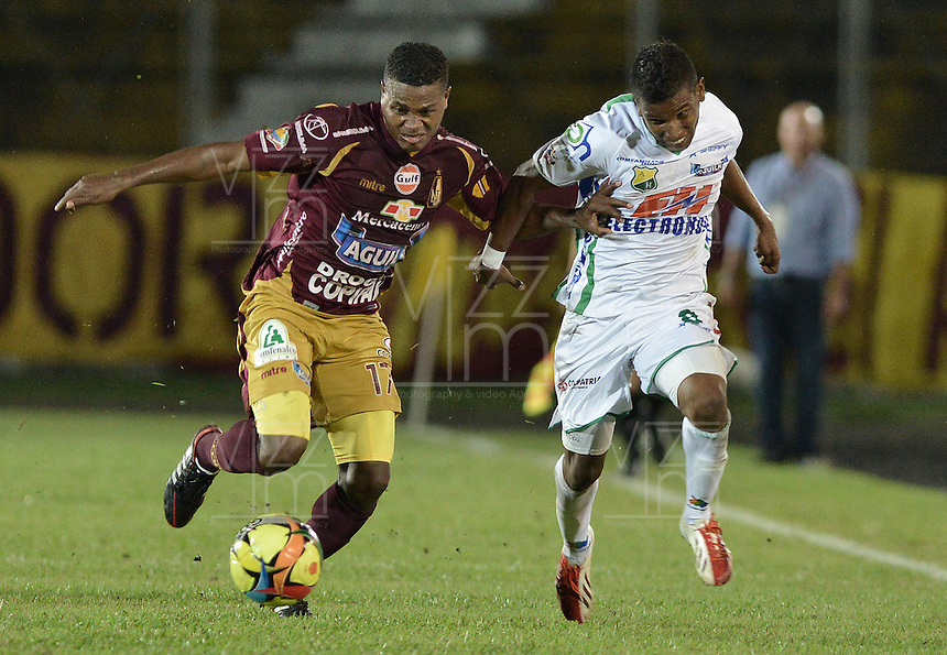 IBAGUÉ -COLOMBIA, 15-09-2013. Jhon Hurtado (I) del Tolima disputa el balón con Christian Mejia (D) del Huila durante partido válido por la fecha 9 de la Liga Postobón II 2013 jugado en el estadio Manuel Murillo Toro de la ciudad de Ibagué./ Tolima Player Jhon Hurtado (L) fights for the ball with Huila player Christian Mejia (R) during match valid for the 9th date of the Postobon  League II 2013 played at Manuel Murillo Toro stadium in Ibague city. Photo: VizzorImage/STR