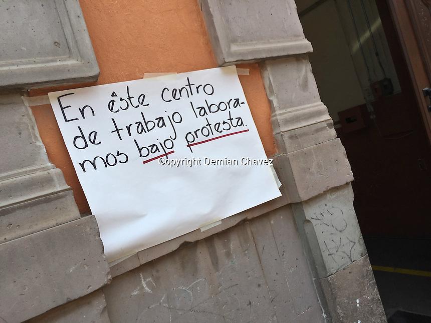 Querétaro, Qro. 24 de junio de 2016.- Profesores de la escuela primaria Andrés Balvanera trabajan bajo protesta, en contra de las agresiones a sus congéneres del estado de Oaxaca.