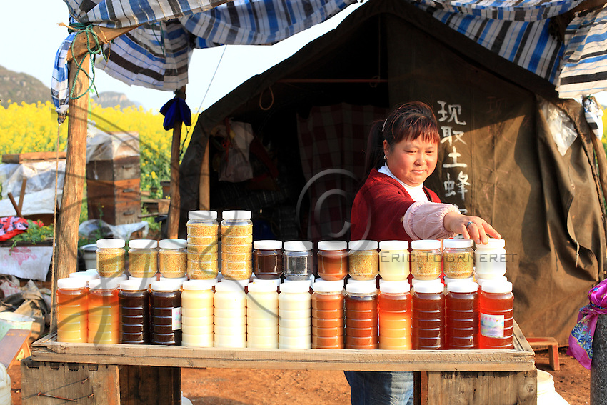 Luoping, Yunnan. Une apicultrice présente ses miels de diverses fleurs.///Luoping, Yunnan. A beekeeper presents her honey made from diverse flowers.