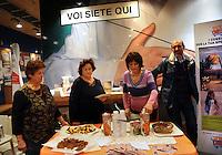 I soci  promuovono i prodotti equo-solidali a marchio all'interno del Supermercato Coop. Members promote Fairtrade products within the Coop supermarket...