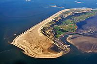 Amrum und der Kniepsand: EUROPA, DEUTSCHLAND, SCHLESWIG-HOLSTEIN, AMRUM 30.09.2010: Die Insel Amrum in der Nordsee. Dahinter Sylt und Foehr. Amrum hat eine Groesse von 20,46 km&sup2; und ist damit die zehntgroesste Insel Deutschlands. Sie gehoert neben Sylt und Foehr zu den drei nordfriesischen Geestkerninseln. Der Geestkern von Amrum ist etwa 6 km lang und ungef&auml;hr 2,5 km breit. Er wird von einer flach gewoelbten, saalekaltzeitlichen Moraene gebildet. Im Osten grenzt Amrum an das Wattenmeer.<br /> Die fuenf Orte der Insel liegen ueberwiegend im Osten der Insel &ndash; von Nord nach Sued &ndash; Norddorf auf Amrum, Nebel, Sueddorf, Steenodde und Wittduen auf Amrum. Auf dem Geestruecken findet man ausgedehnte Wald- und Heidegebiete, die im Wesentlichen einen Streifen in Nord-Sued-Richtung bilden. Der breite Kniepsand ist zur Insel eine Duenenguertel, zur Nordsee ein Sandstrand.