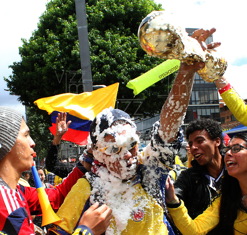 BOGOTA -COLOMBIA. 14-06-2014. Habitantes de la capital celebran el triunfo de la seleccion Colombia de futbol 3 goles por cero contra Grecia en el mundial de futbol Brazil 2014. /citizens of the capital celebrated the triumph of the selection Colombia soccer Zero 3 goals against Greece in the World Cup Brazil 2014. Photo: VizzorImage/ Felipe Caicedo / Staff