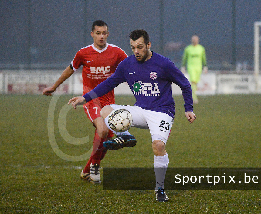 Zwevegem - Heestert :<br /> Kenneth Vandeputte (23) is sterker op de bal dan Lennert Vansteenkiste (7)<br /> Foto VDB / Bart Vandenbroucke