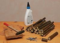 Kinder bauen Vogel-Nistkasten für Meisen, Vogelnistkasten, Nistkasten, Materialbedarf: auf gleiche Länge gesägte Stäbe aus Haselnuss-Ästen, 2 Bretter, Nägel, Hammer, Holzleim, für Einflugsloch einen kurzen und einen längeren Holzstab
