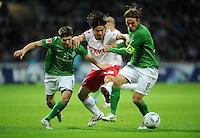 FUSSBALL   1. BUNDESLIGA   SAISON 2011/2012    14. SPIELTAG SV Werder Bremen - VfB Stuttgart       27.11.2011 Aleksandar IGNJOVSKI (li) und Clemens FRITZ (re, beide Bremen) gegen Shinji OKAZAKI (Mitte, Stuttgart)