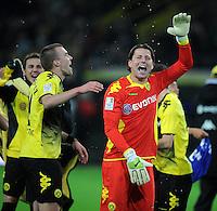 FUSSBALL   1. BUNDESLIGA   SAISON 2011/2012    14. SPIELTAG Borussia Dortmund - FC Schalke 04      26.11.2011 Kevin GROSSKREUTZ (li) und Torwart Roman WEIDENFELLER (re, beide Dortmund) jubeln nach dem Abpfiff