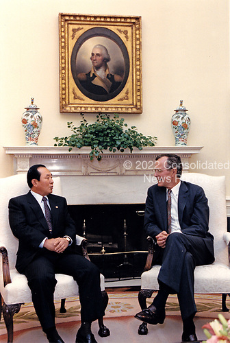 United States President George H.W. Bush meets with Defense Minister Lee Sang-hoon of the the Republic of Korea (South Korea) in the Oval Office of the White House in Washington, DC on July 20, 1989.<br /> Mandatory Credit: Michael Sargent / White House via CNP