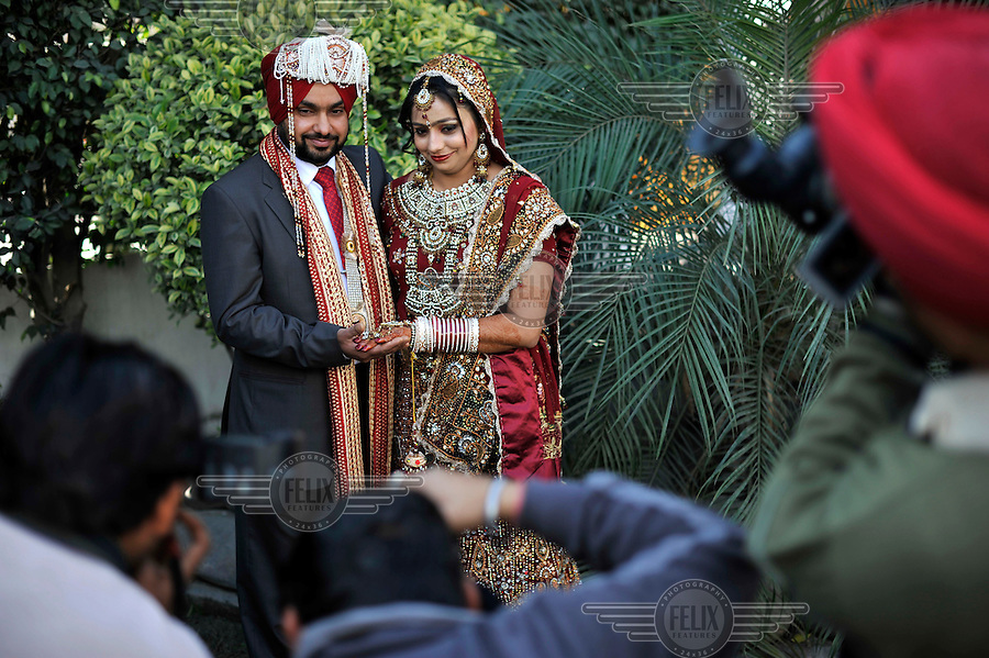 INDIA, Punjab, Amritsar: Couple posing for wedding pictures at Grewal ...