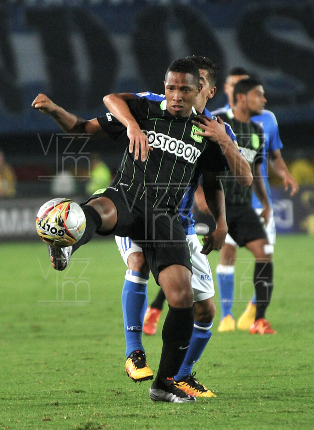 BOGOTA - COLOMBIA -31 - 03 - 2016: Maximiliano Nuñez (Der.) jugador de Millonarios disputa el balón con Andres Ibarguen (Izq.) jugador de Atletico Nacional, durante partido aplazado de la fecha 9 entre Millonarios y Atletico Nacional, de la Liga Aguila I-2016, jugado en el estadio Nemesio Camacho El Campin de la ciudad de Bogota.   / Maximiliano Nuñez (R) player of Millonarios vies for the ball with Andres Ibarguen (L) player of Atletico Nacional, during a postponed match between Millonarios and Atletico Nacional, for the date 9 of the Liga Aguila I-2016 at the Nemesio Camacho El Campin Stadium in Bogota city, Photo: VizzorImage / Luis Ramirez / Staff.