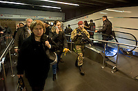 Roma 23 Novembre 2015<br /> Attivo a partire da oggi 23 novembre, e per un anno, l&rsquo;ordinanza con le misure di sicurezza previste a Roma per il Giubileo. Il piano, ideato dalla questura con la prefettura e forze dell&rsquo;ordine, prevede un potenziamento dei controlli antiterrorismo su pi&ugrave; di mille obiettivi considerati &laquo;sensibili&raquo;. I paracadudisti della Folgore durante i controlli alla stazione Termini.<br /> Rome 23 November 2015<br /> Active from today on November 23, and for a year, the ordinance with the security measures provided in Rome for the Jubilee. The plan, devised by the police with the prefecture, provides for the reinforcement of anti-terrorism controls on more than a thousand goals considered &quot;sensitive&quot;. The paratroopers of the Folgore during checks at Termini Station.
