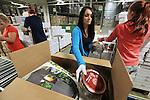Foto: VidiPhoto<br /> <br /> DUIVEN &ndash; De eerste kerstpakketten van dit jaar rollen van de band. De grootste kerstpakkettenleverancier van Nederland, Makro Kerstpakketten in Duiven, is donderdag begonnen met het inpakken van het nog steeds populaire eindejaarsgeschenk. De werkzaamheden zijn iets later gestart dan voorgaande jaren omdat bedrijven hun orders langer uitstellen. Naar verwachting zullen er dit jaar 1,4 pakketten worden samengesteld en ingepakt. Makro is met een marktaandeel van 30 procent de grootste kerstpakkettenproducent van ons land. Motto voor dit jaar is &ldquo;Ik verras&rdquo;, met onder andere een exclusief geschenkpakket dat in samenwerking met de Librije in Zwolle tot stand is gekomen. Er wordt dit jaar weer meer gekozen voor nonfood artikelen. De gemiddelde prijs voor het kerstpakket ligt dit jaar op 40 euro.
