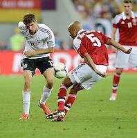 FUSSBALL  EUROPAMEISTERSCHAFT 2012   VORRUNDE Daenemark - Deutschland       17.06.2012 Thomas Mueller (Deutschland) gegen Simon Poulsen (re, Daenemark)