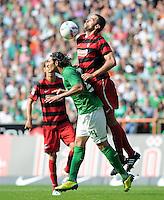 FUSSBALL   1. BUNDESLIGA   SAISON 2011/2012    3. SPIELTAG SV Werder Bremen - SC Freiburg                             20.08.2011 Claudio PIZARRO (li, Bremen) gegen Pavel KRMAS (re, Freiburg)