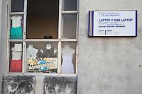 l'Avana, piccolo negozio di abbigliamento, cuentapropista, e insegna di riparazione computer