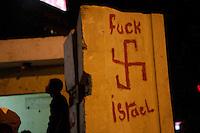 EGITTO, IL CAIRO 9/10 settembre 2011: assalto all'ambasciata israeliana. Migliaia di manifestanti egiziani, ancora infuriati per l'uccisione di cinque guardie di frontiera egiziane da parte dell'esercito israeliano, hanno fatto irruzione nella sede diplomatica israeliana e sono stati poi sgomberati da esercito e polizia egiziana. Nell'immagine: su un muro &egrave; disegnata una svastica con la scritta &quot;fuck Israel&quot;.<br /> Egypt attack to the Israeli embassy  Attaque &agrave; l'ambassade israelienne Caire