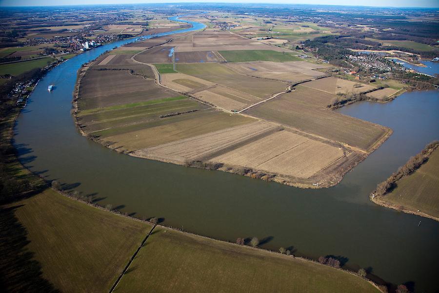 Nederland, Limburg, Gemeente Bergen, 07-03-2010; Maas met rechts van de rivier de lokatie voor de toekomstige hoogwatergeul tussen Well en Aijen (aan de horizon, noordelijk). De geul zal een inham van de Maas vormen die bij hoogwater gaat meestromen, de huidige inham, een haven (r), zal deel uit maken van de nieuwe geul. Naast aanleg van de hoogwatergeulen zal ook het recreatiegebied verdere ontwikkeld worden (Maaspark Well)..Meuse with right of the river the location for future flood channel between Well and Aijen (on the horizon, north). The channel will be an inlet of the Meuse, the current inlet, a port (r), will be part of the new channel. The floodchannel flows - with the - river - only in case of high water. Making of the flood channel will be combined with further developement of recreation .luchtfoto (toeslag), aerial photo (additional fee required).foto/photo Siebe Swart