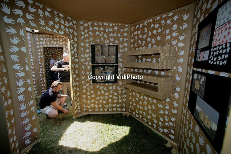 Foto: VidiPhoto..ARNHEM - In het Nederlands Openluchtmuseum in Arnhem is vrijdag een nieuw soort vluchtelingenhuis voor Derde Wereldlanden gepresenteerd; de zogenoemde Beecabin. Het ontwerp is van de beroemde architect Piet Boon, is zeskantig en gemaakt van honingraatkarton. Het luxe uitziende onderkomen is niet veel duurder dan het materiaal waar de normale vluchtelingenhutten van gemaakt zijn en kan geschakeld een complete familie herbergen. Ook de productie kan naar in het betreffende land worden verplaatst. Foto: Interieur