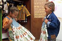Laboratorio 'Tuttotanto' , creazione di abiti e oggetti di arredo, vendita di vestiti usati, carrozzine e giocattoli. Oggetti e servizi per l'infanzia. .Laboratory 'Tuttotanto', creating clothes and items of furniture, sale of used clothing, prams and toys. Items and services for children....