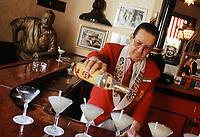 """Cuba/La Havane: Au bar """"El Floridita"""", service du """"mojito"""" coktail à base de rhum, citron et menthe - Calle Obispo 557, esquina Monserrate, La Habana Vieja"""