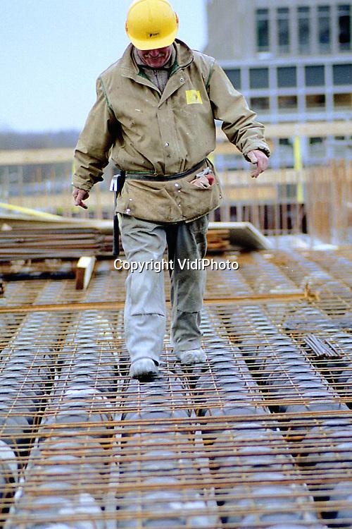 Foto: VidiPhoto..NIJMEGEN - Bouwen op ballen. Op het universiteitsterrein in Nijmegen rust een tien verdiepingen tellend gebouw straks op lagen van gerecyclede kunststofballen. De ballen vervangen deels het beton, waardoor 30 procent aan bouwstoffen en zeker 20 procent aan bouwtijd wordt bespaard. In de bouwwereld is enorme belangstelling voor de zogenoemde Bubbledeck-systeem. Voor volgend jaar is er al 250.000 vierkante meter aan opdrachten gepland. Op dit moment worden ook voor nieuwbouwwoningen Bubbledecks ontwikkeld.